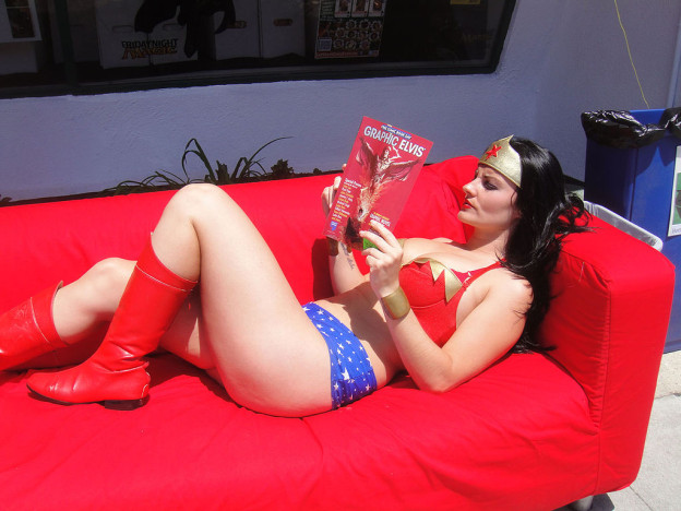 1024px-Wonder_Woman_Cosplayer_relaxes_with_a_good_book_-_Free_Comic_Book_Day_2012